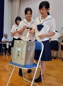 投票所での手続きから投票までの手順を学んだ模擬選挙=30日、古仁屋高校