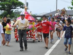 みこし連がにぎやかに集落を練り歩いた豊年祭=29日、天城町松原