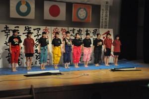 女性連絡協の総会でパフォーマンスを披露した沖永良部高校書道部=8日、和泊町