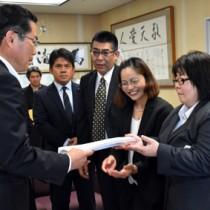 特別支援学校高等部の分教室設置などを求める豊原さん(右)ら=27日、鹿児島市の県庁