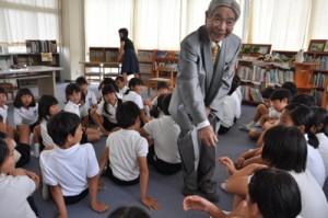 母校の後輩一人一人と握手する岡橋義経さん=2日、知名町立田皆小学校