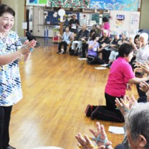 「歌唱療法士」として活動を始めた清水さん(左)= 20日、知名町社会福祉協議会