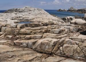 ムシロを敷き詰めたように巨岩が連なるムシロ瀬=天城町
