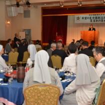 関係者ら約180人が創立50年の節目と新施設の落成を祝った祝賀会=26日、奄美市名瀬
