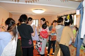 服や雑貨の「xChage」を楽しむ参加者=11日、宇検村宇検の「みんなのいえ」