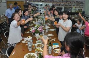 壮年団のもてなしで乾杯する女性たち=8日、知名町住吉