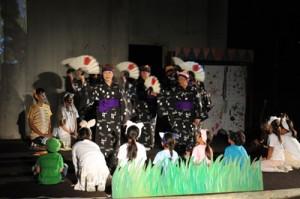 初上演された「キサの物語」の一場面。御前風(ふくらしゃ)を舞うのは瀬利覚字の女性たち=4日夜、知名町知名のメントマリ公園