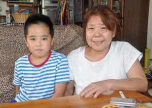 「余震が心配」と話す祖母の和代さん(右)と泰司君=7日、龍郷町中勝