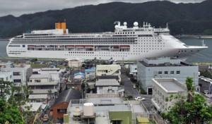 約2100人を乗せて名瀬港へ寄港したコスタビクトリア=6日、奄美市
