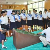 土砂災害の出前授業で防災意識を高めた生徒ら=14日、住用中学校