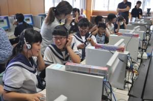 デジタル処理した自分の声に驚く中学生ら=21日、和泊中学校パソコン室