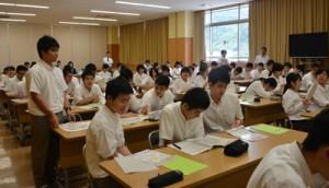 黒糖焼酎について学び、オリジナル商品開発について考えた生徒ら=10日、県立奄美図書館