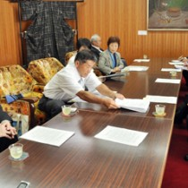 朝山毅市長(右)に自衛隊の誘致撤回を要望する住民グループのメンバー=17日、奄美市役所