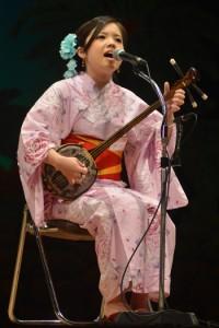 奄美民謡大賞を受賞した森田美咲さん=18日、奄美文化センター
