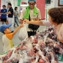 5~6個入りの袋詰めなどを販売したパッション祭=18日、せとうち海の駅