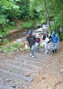 役勝川を気軽に楽しめるように整備された階段=26日、住用町役勝エコロード沿い