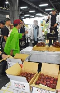 初競りにかけられた奄美大島産のスモモ=4日、鹿児島市中央卸売市場