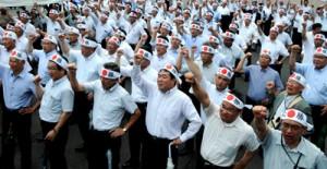 参院選鹿児島選挙区の候補者出陣式で「頑張ろう」三唱し、気勢を上げる支持者ら=22日午前9時半すぎ、鹿児島市