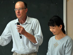 CSAの取り組みを紹介した(左から)エップ・レイモンドさん、荒谷明子さん夫妻=25日、瀬戸内町古仁屋