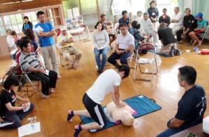 救命救急士からAEDの使い方などを学んだ講習会=26日、瀬戸内町の与路公民館(町役場提供)