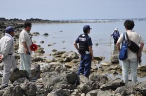 シラヒゲウニ漁の解禁を前に沿岸をパトロールする漁業者ら=6日、奄美市名瀬