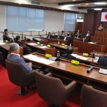 「異議なし」で辞職勧告決議を可決した和泊町議会=21日午前、議会本会議場