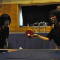 団体女子決勝に臨む亀津の(右から)市来崎・福田組=15日、徳之島町体育センター