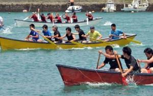 白熱のレースを繰り広げた小湊港祭りの舟こぎ競争=5日、奄美市名瀬小湊