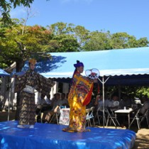 大山神社例祭の懇親会で御前風を舞う町役場職員=20日、知名町大山