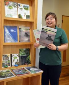 今回刊行したパンフレットを手にする吉田さん=23日、奄美野生生物保護センター