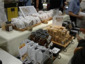 初出展されたタンカンや黒糖などを使った加工商品=9日、千葉県船橋の東武百貨店船橋店