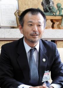 村長を表敬訪問し、活動の抱負を語る勝さん=20日、宇検村役場