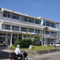 熊本地震を受け庁舎機能の仮移転に向けた検討に入った与論町役場=16日、与論町茶花
