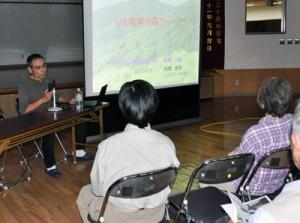 出前講座で講話する鳥飼さん(左)=5月31日、龍郷町