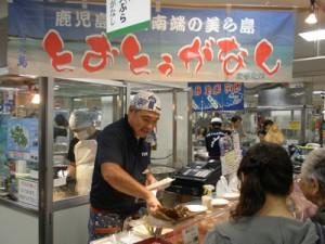 与論町産モズク天ぷらの実演、即売コーナー=9日、千葉県船橋の東武百貨店船橋店