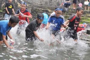 元気に水しぶきを上げてゲームを楽しむ子どもたち=26日、知名町瀬利覚