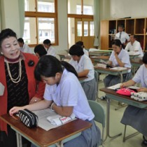 生徒に寄り添うようにして一緒に「子守唄」を歌う前田綾子さん=2日、沖永良部高校