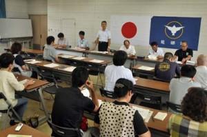 小売業者を対象とした検査合格品の再梱包説明会=3日、龍郷町役場