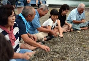 老若男女が参加して先人たちの暮らしに思いをはせた=26日、龍郷町戸口