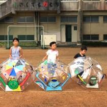 絵を通して児童たちと交流したイラストレーターのちゃずさん(左)=16日、瀬戸内町の西阿室小学校