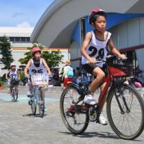 小中学生122人がスイム、バイク、ランで競ったチャレンジKIDS徳之島大会=25日、天城町