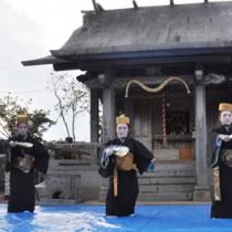 世之主没後600周年の世之主神社例大祭で「かぎやで風」を奉納する女性ら=25日、和泊町内城