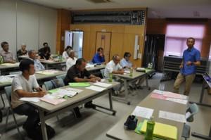 有機JAS講習を受けるシマ桑生産者ら=27日、知名町商工会
