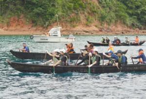声を掛け合いながら板付け舟で大島海峡を横断した生徒たち=26日、瀬戸内町