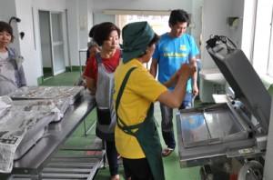 農産物加工センターを見学する町民=1日、和泊町