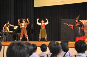 オペラ「ヘンゼルとグレーテル」を鑑賞する児童生徒=30日、宇検村の元気の出る館