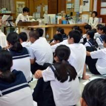 生徒たちが島尾文学の世界に浸った「朗読と音楽のつどい」=22日、瀬戸内町の古仁屋中学校