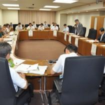 「緊急防除」の解除を決めたミカンコミバエ種群防除対策検討会議=13日、農水省第3特別会議室