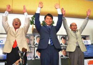 支援者と万歳三唱し笑顔を見せる三反園訓氏=10日午後9時32分、鹿児島市城南町