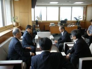 小林環境事務次官(右奥)に提案事項を説明する伊藤知事(左奥)と池畑会長(左前)=20日、環境省